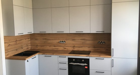 Фото работы Серая кухня с фасадами ПВХ под потолок с антресолями