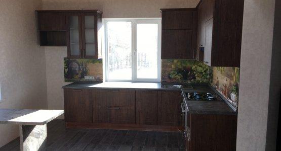 Фото работы Классическая кухня с нарядной стеновой панелью