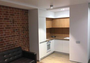 Фото статьи Небольшая кухня под потолок с белыми фасадами