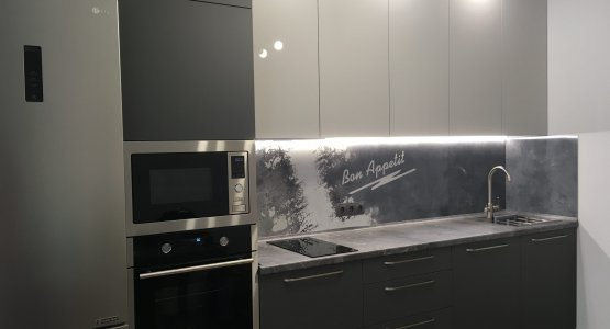 Фото работы Серая кухня со столешницей под камень и панелью с фотопечатью
