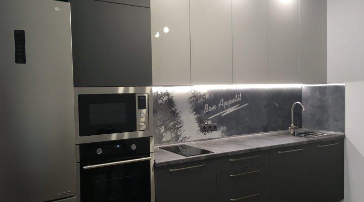 Серая кухня со столешницей под камень и панелью с фотопечатью