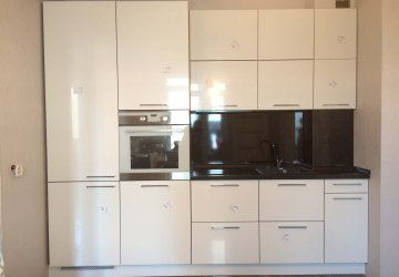 Кухня в маленькое помещение. Пластик белый глянец (2017г.) фото