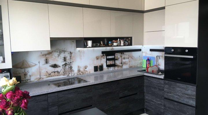 Современная кремовая кухня под потолок