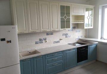 Фото статьи Кухня с витринами и белыми и голубыми под дерево фасадами