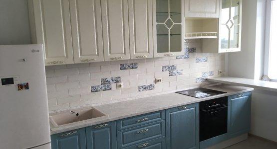 Фото работы Кухня с витринами и белыми и голубыми под дерево фасадами