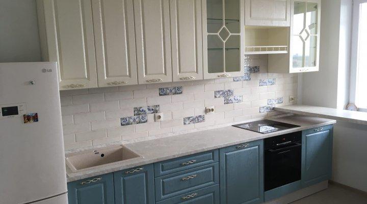 Кухня с витринами и белыми и голубыми под дерево фасадами