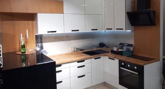 Фото работы Белая глянцевая кухня с барной стойкой