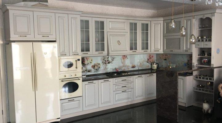 Классическая кухня с фасадами цвета кашемир