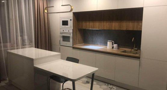 Современная кухня с белыми фасадами «Эколюкс»