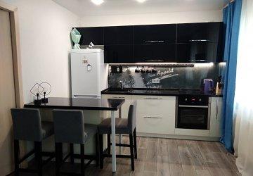 Фото статьи Глянцевая кухня с островом и столешницей под черный мрамор
