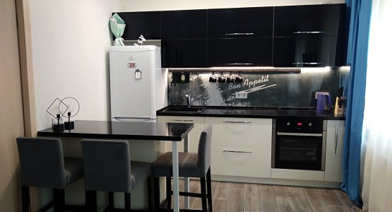 Фото работы Глянцевая кухня с островом и столешницей под черный мрамор