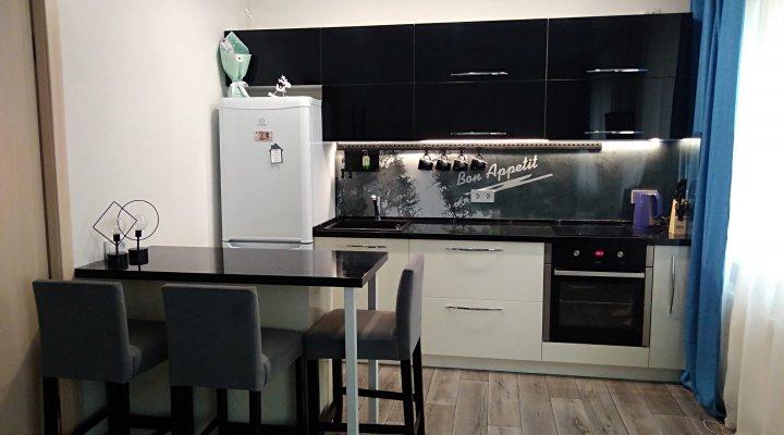 Глянцевая кухня с островом и столешницей под черный мрамор