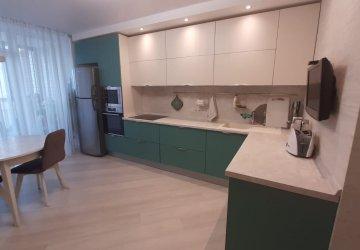 Фото статьи Стильная зеленая кухня со светлыми верхними фасадами