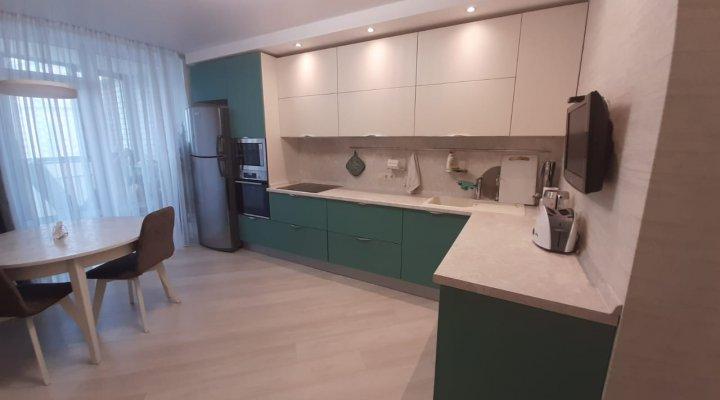 Стильная зеленая кухня со светлыми верхними фасадами