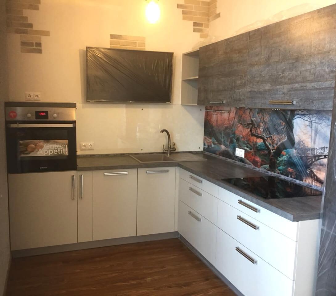 Первое фото Кухня с дизайнерской стеновой панелью из закалённого стекла