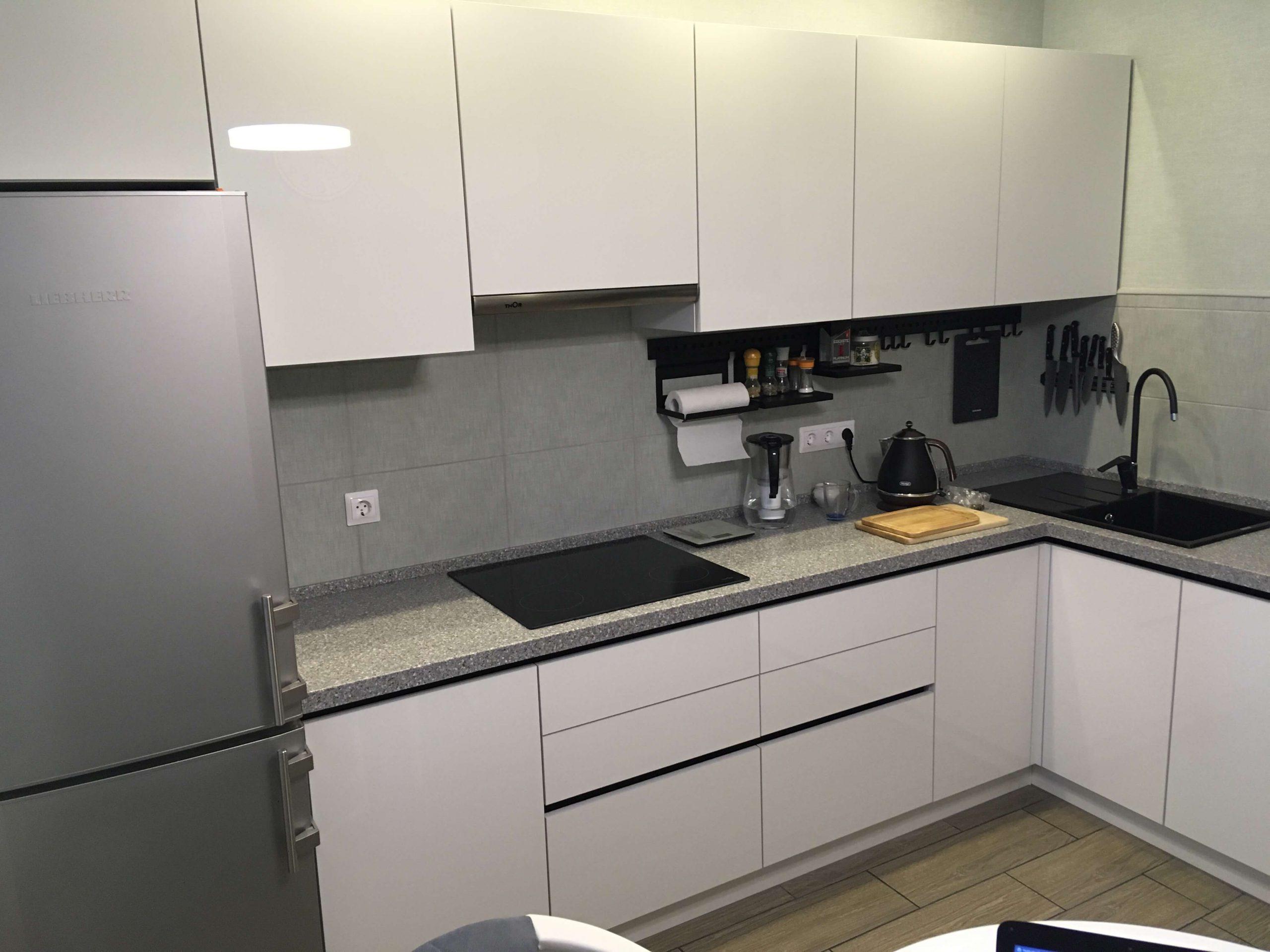 Первое фото Кухня с фасадами белый Акрил и черными профильными ручками