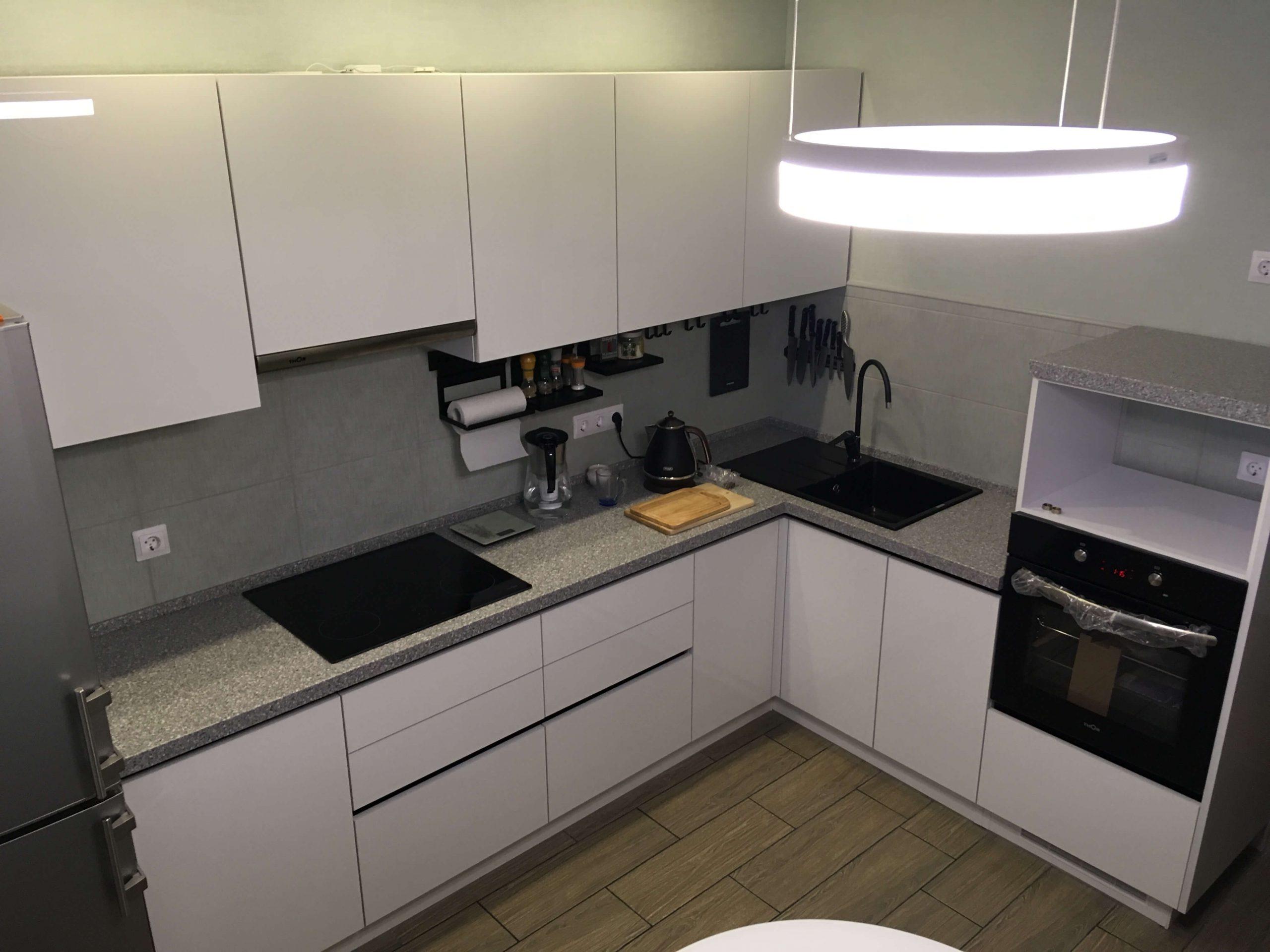 Второе фото Кухня с фасадами белый Акрил и черными профильными ручками
