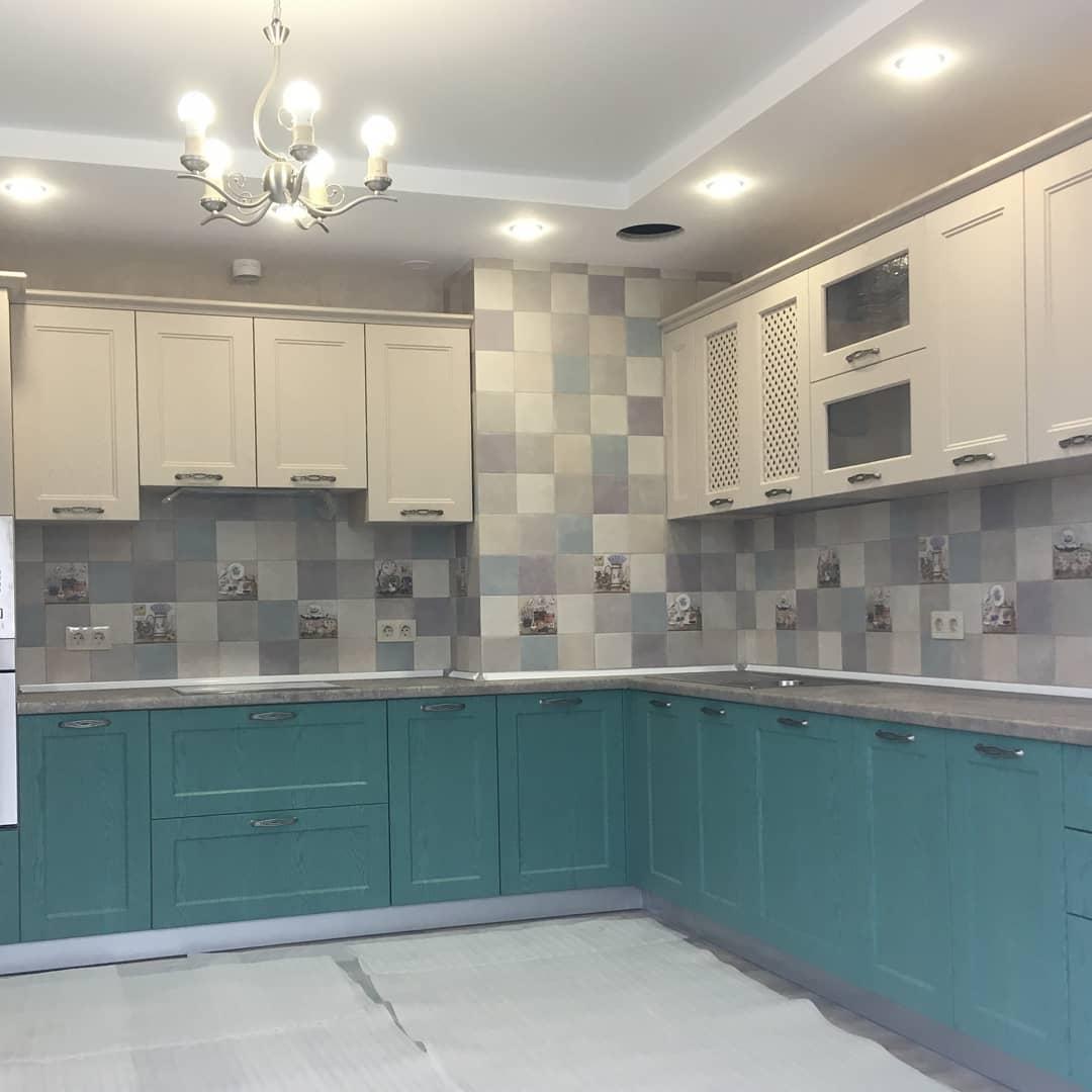Третье фото Кухня классика с зелеными изумрудными фасадами