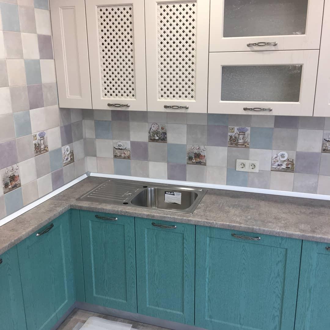 Первое фото Кухня классика с зелеными изумрудными фасадами