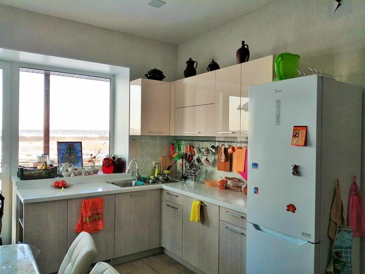 Первое фото Современная кухня с фасадами пластик и столешницей из акрилового камня