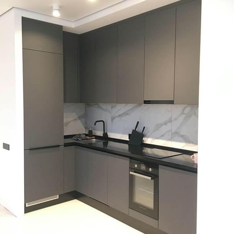 Третье фото Кухня c серыми фасадами под потолок