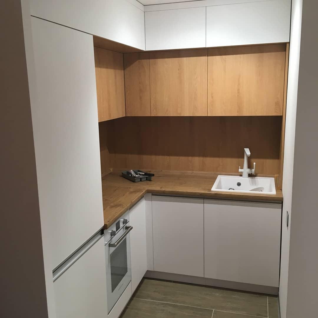 Второе фото Небольшая кухня под потолок с белыми фасадами