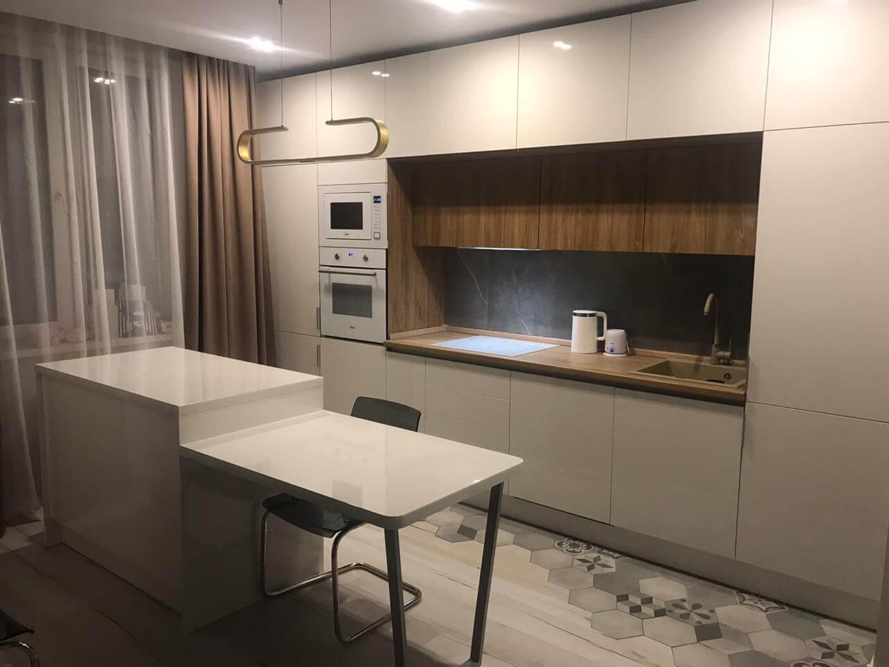 Первое фото Современная кухня с белыми фасадами «Эколюкс»