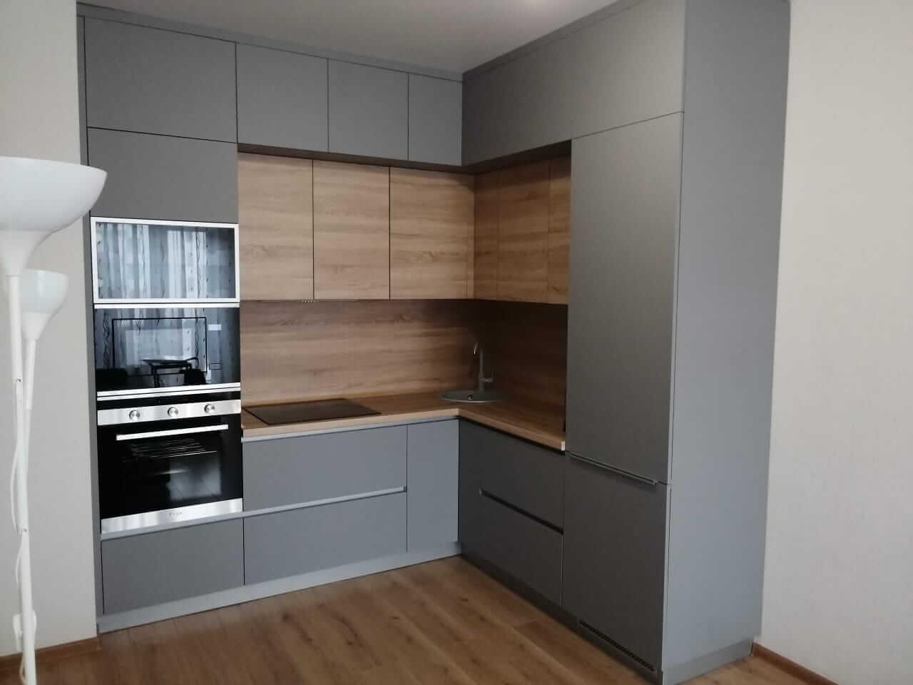Третье фото Угловая кухня серая с деревом под потолок