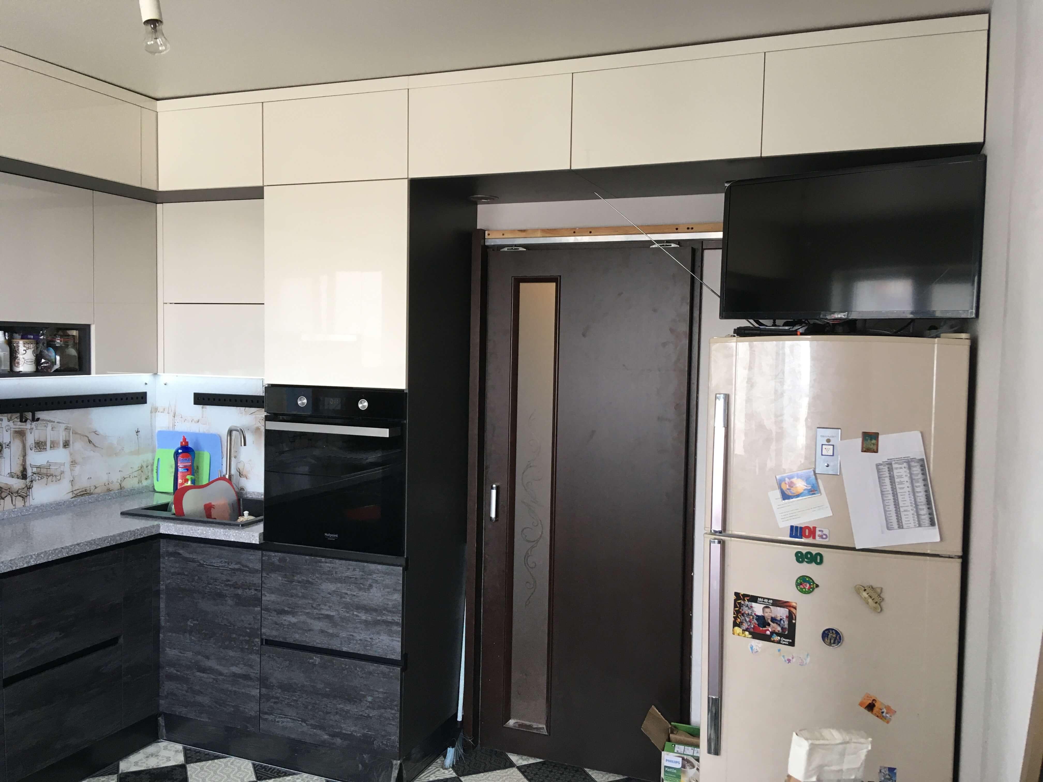 Второе фото Современная кремовая кухня под потолок