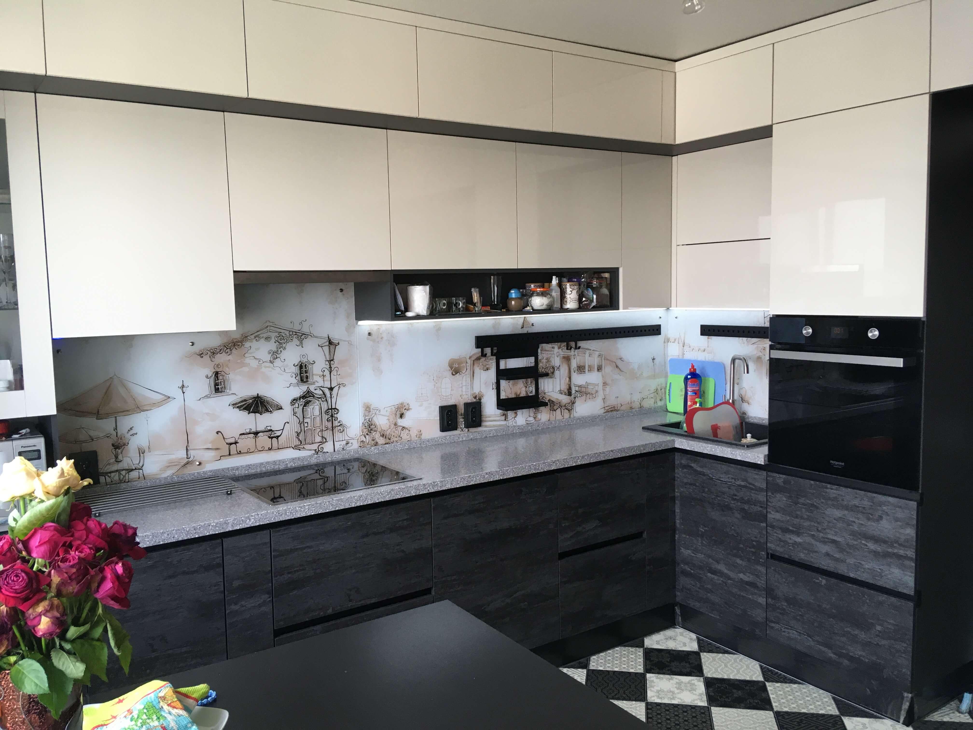 Первое фото Современная кремовая кухня под потолок