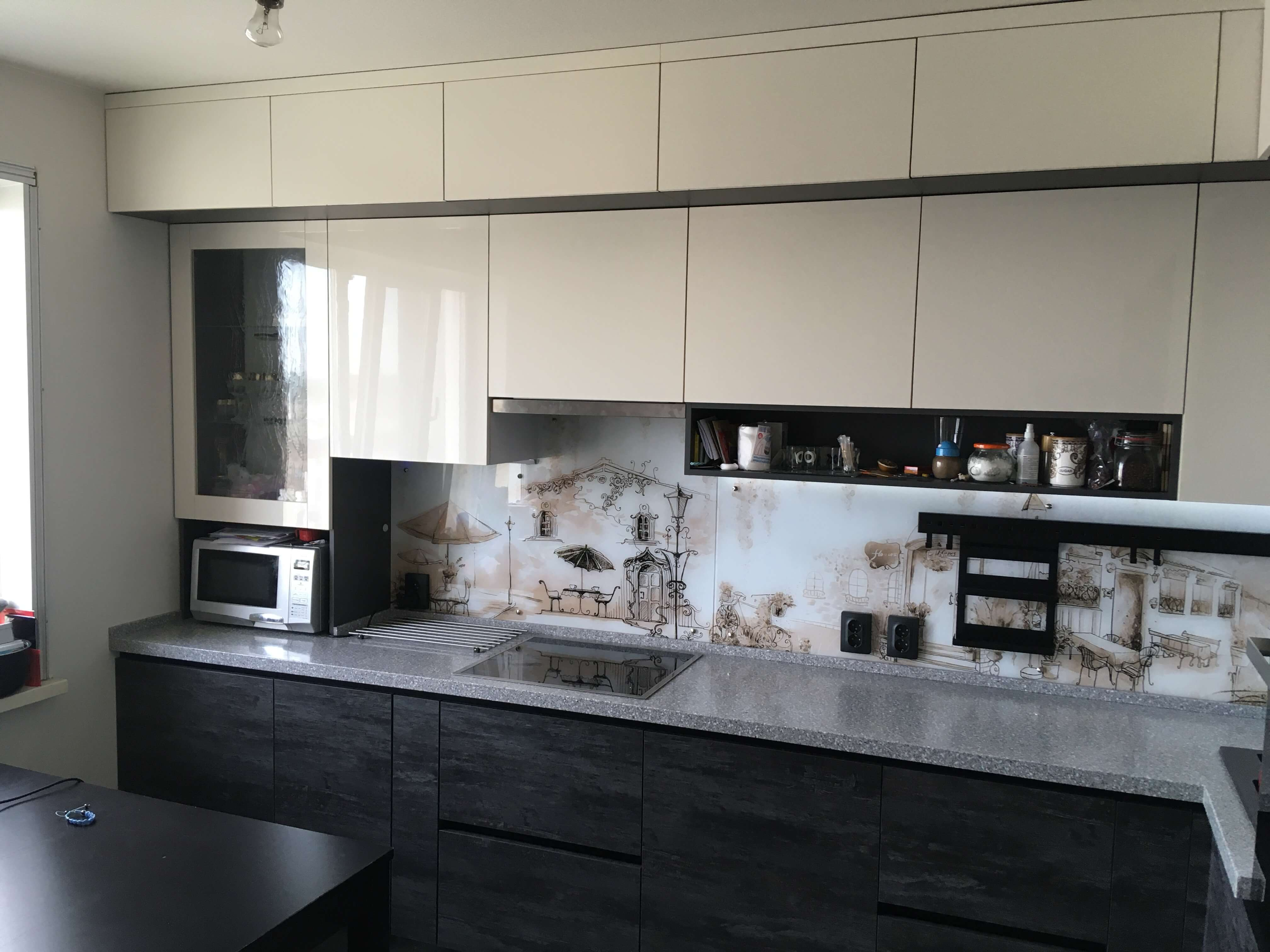 Третье фото Современная кремовая кухня под потолок
