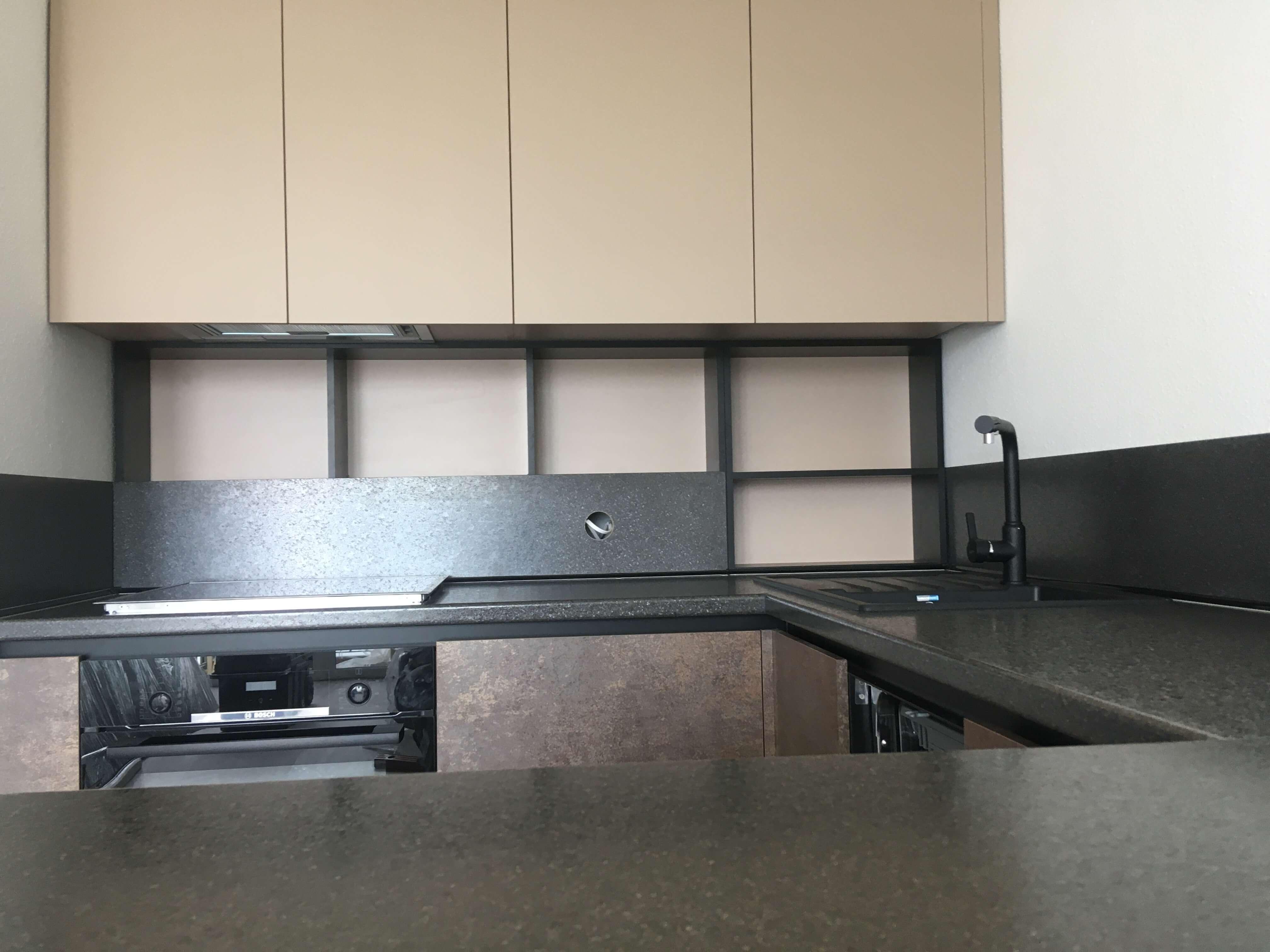 Первое фото Кухня с барной стойкой и открытыми полками на рабочей зоне