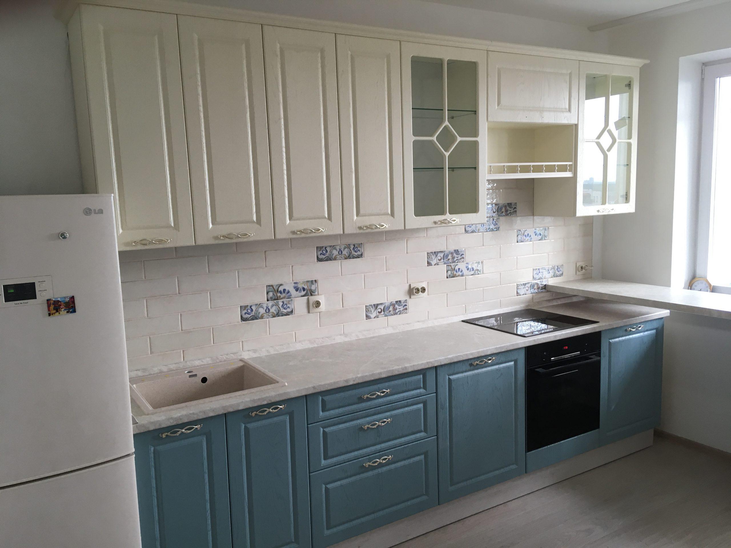 Первое фото Кухня с витринами и белыми и голубыми под дерево фасадами