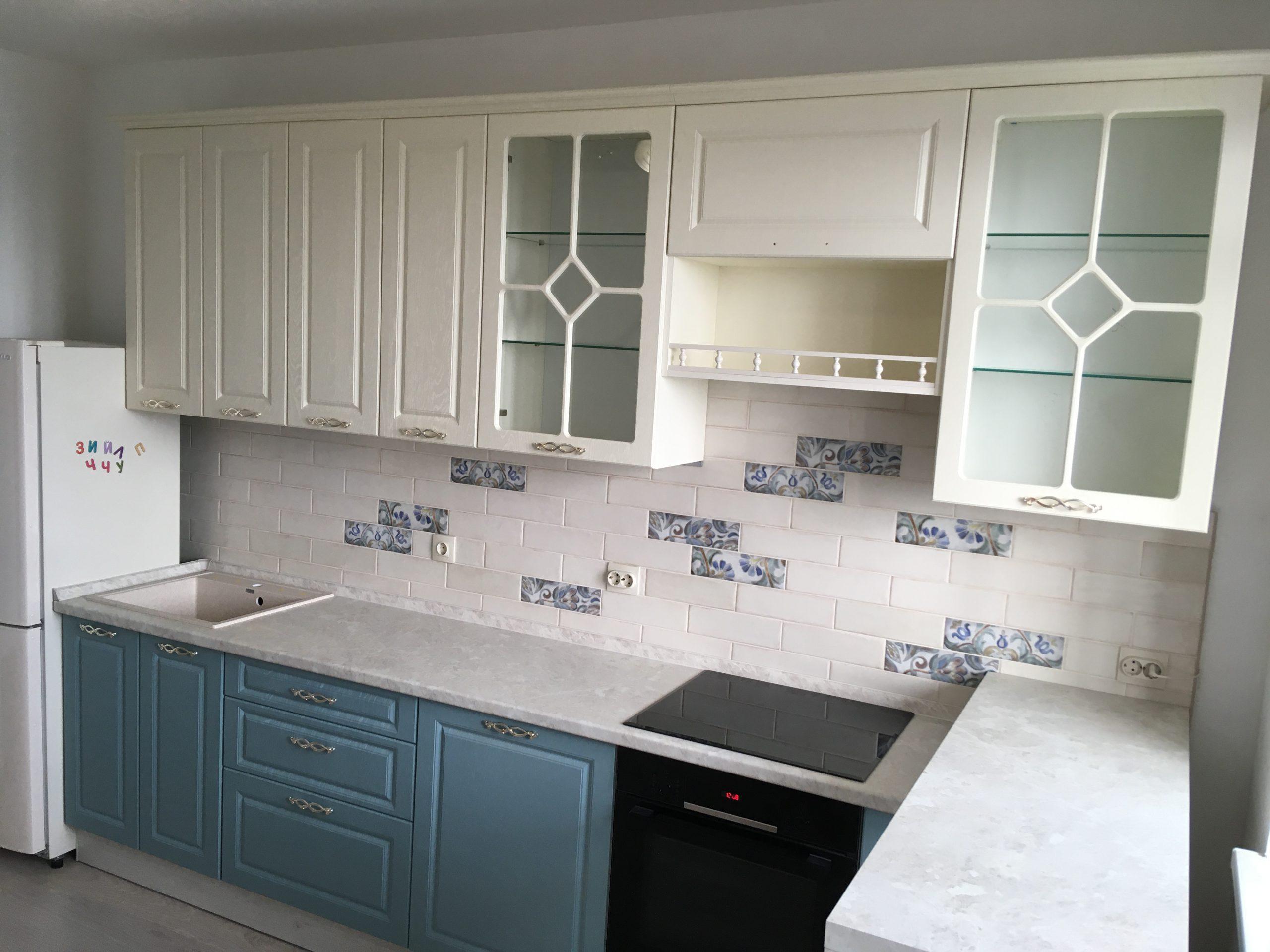 Второе фото Кухня с витринами и белыми и голубыми под дерево фасадами
