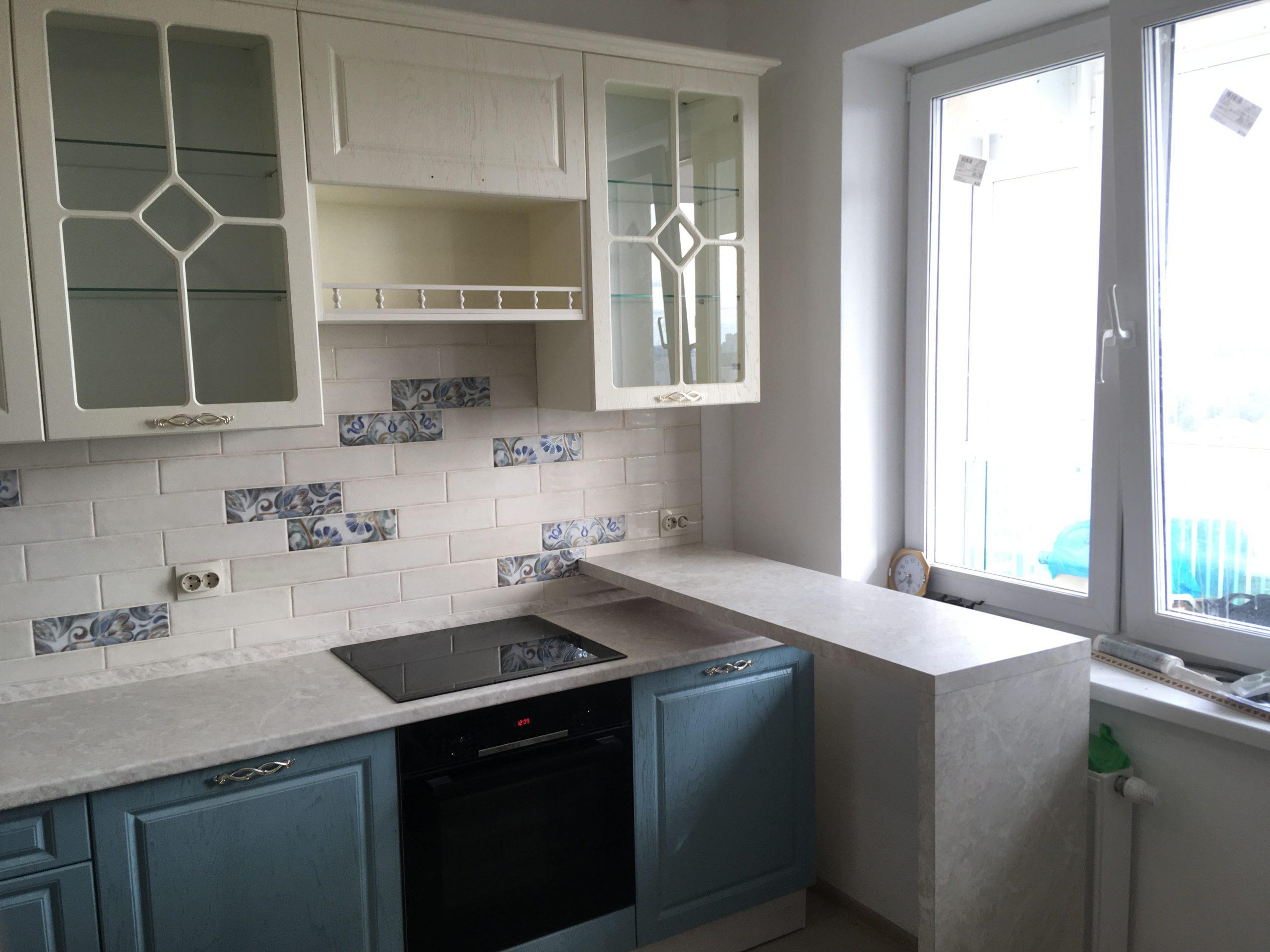 Третье фото Кухня с витринами и белыми и голубыми под дерево фасадами