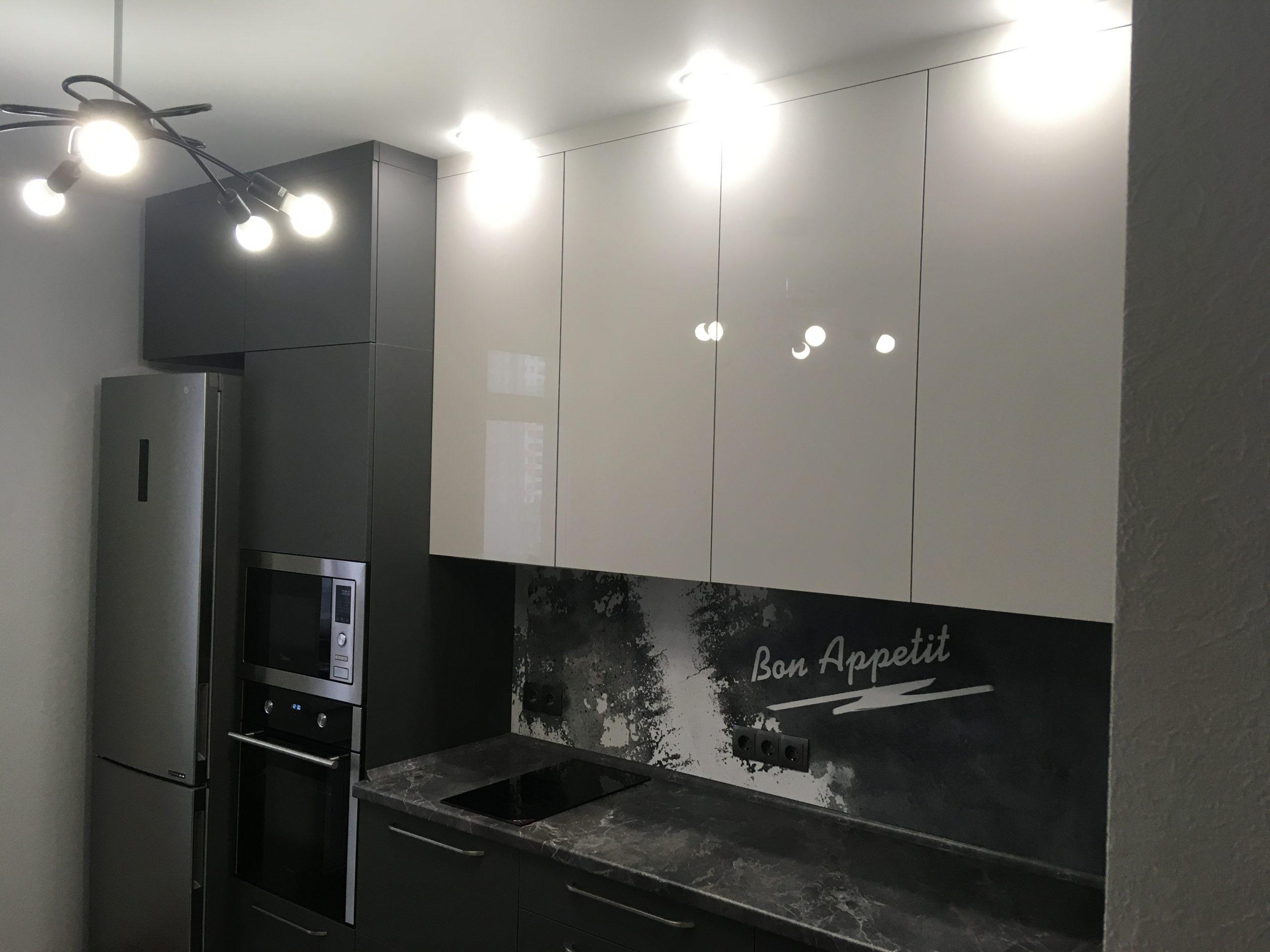 Второе фото Серая кухня со столешницей под камень и панелью с фотопечатью