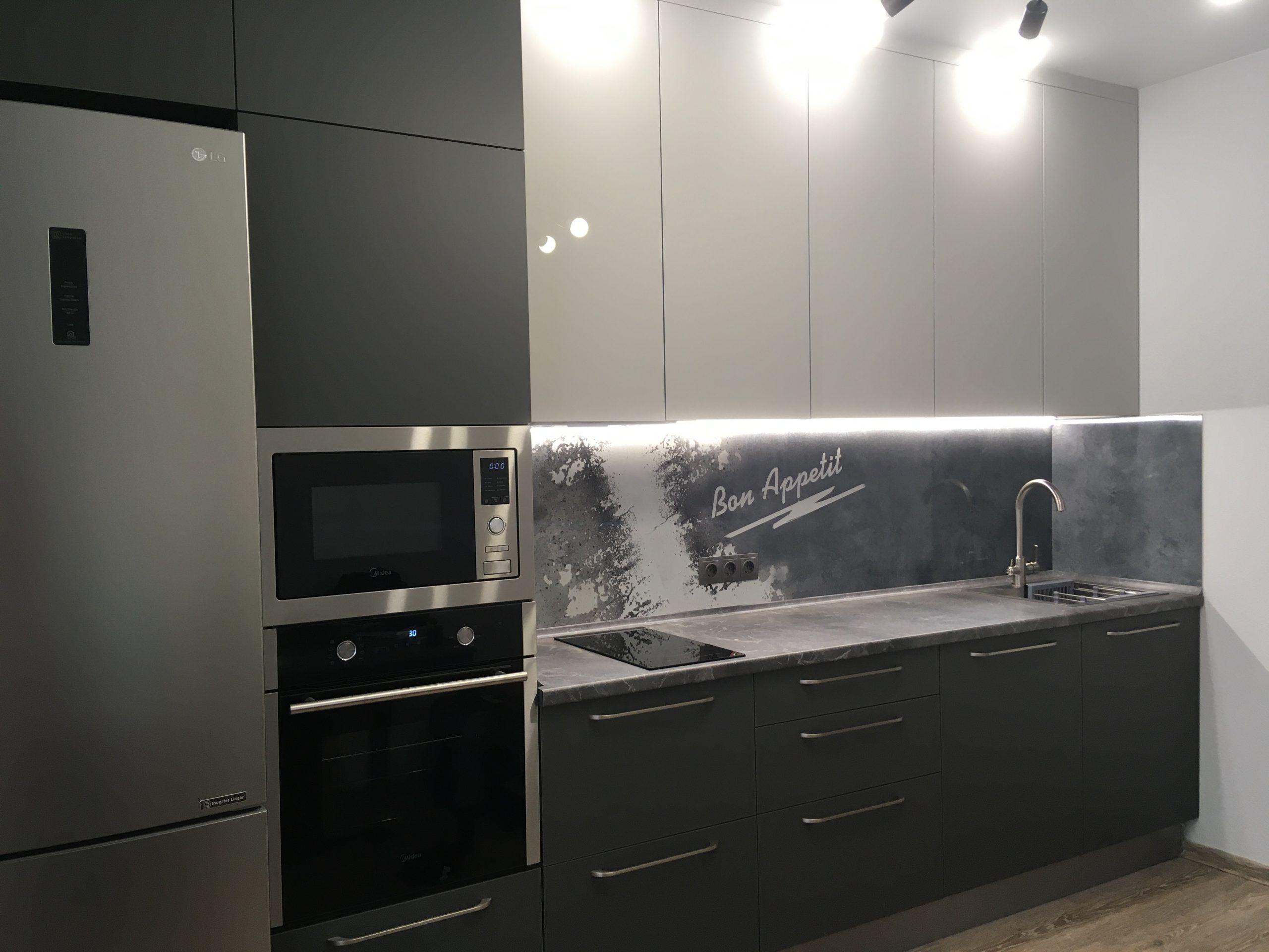 Первое фото Серая кухня со столешницей под камень и панелью с фотопечатью