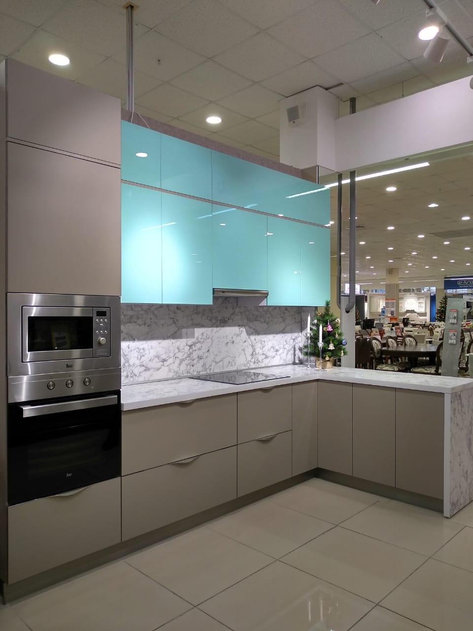 Третье фото Кухня с фасадами Пластик с эффектом «стекло» и «антипальцы»