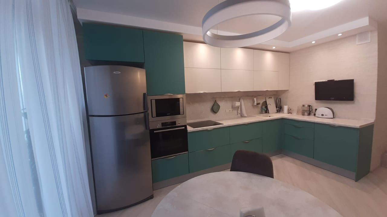 Второе фото Стильная зеленая кухня со светлыми верхними фасадами