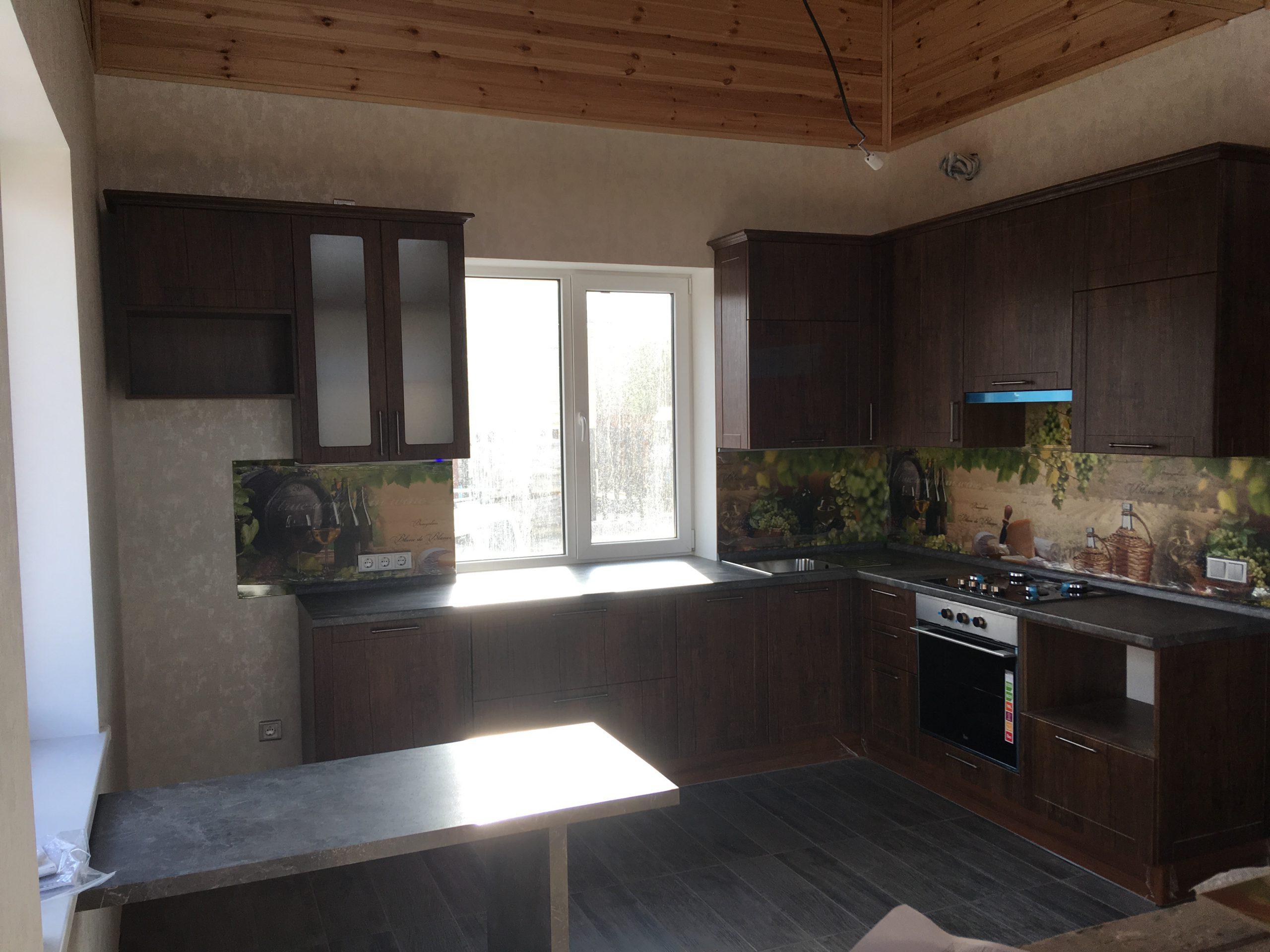 Второе фото Классическая кухня с нарядной стеновой панелью