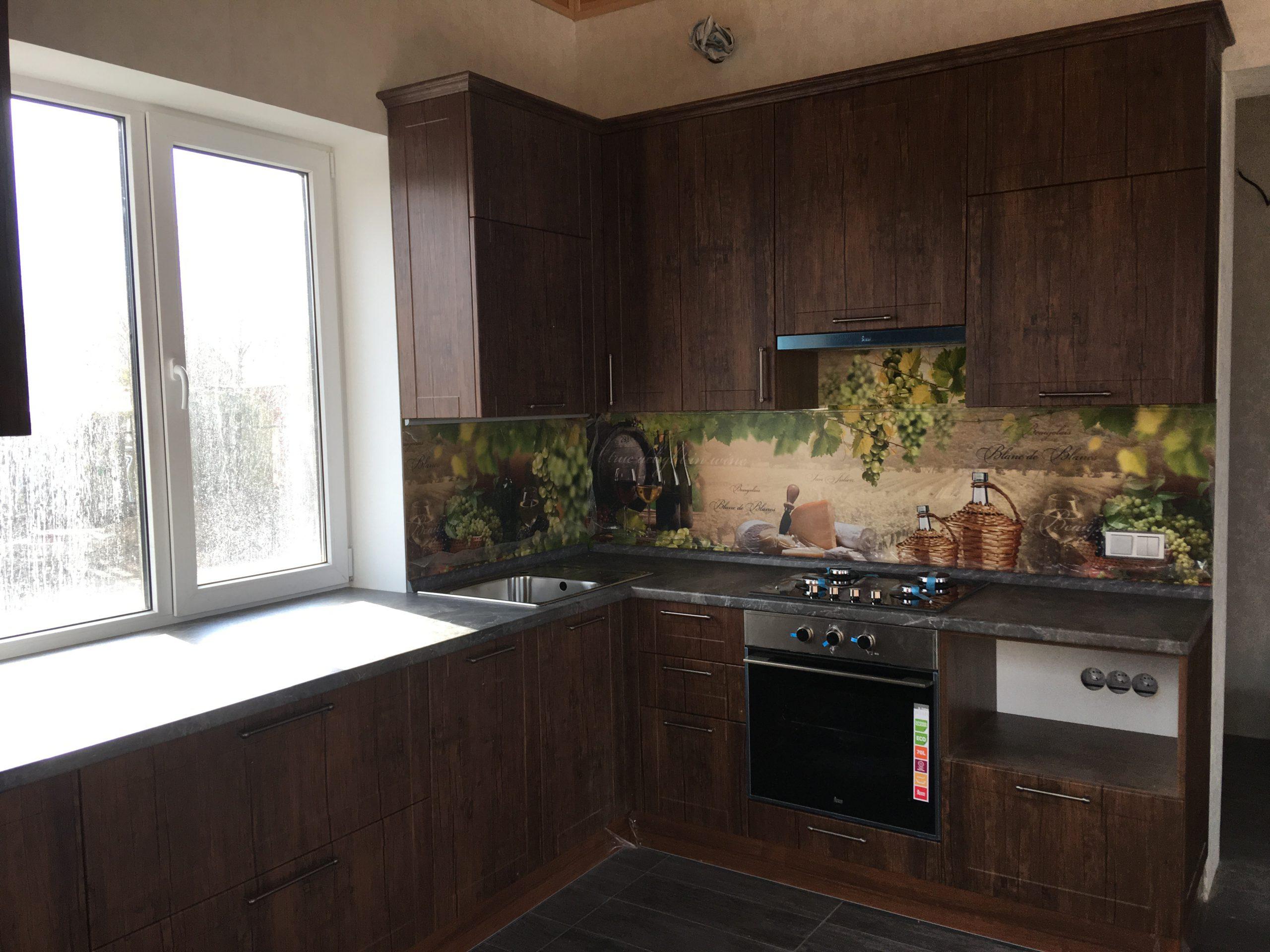 Первое фото Классическая кухня с нарядной стеновой панелью