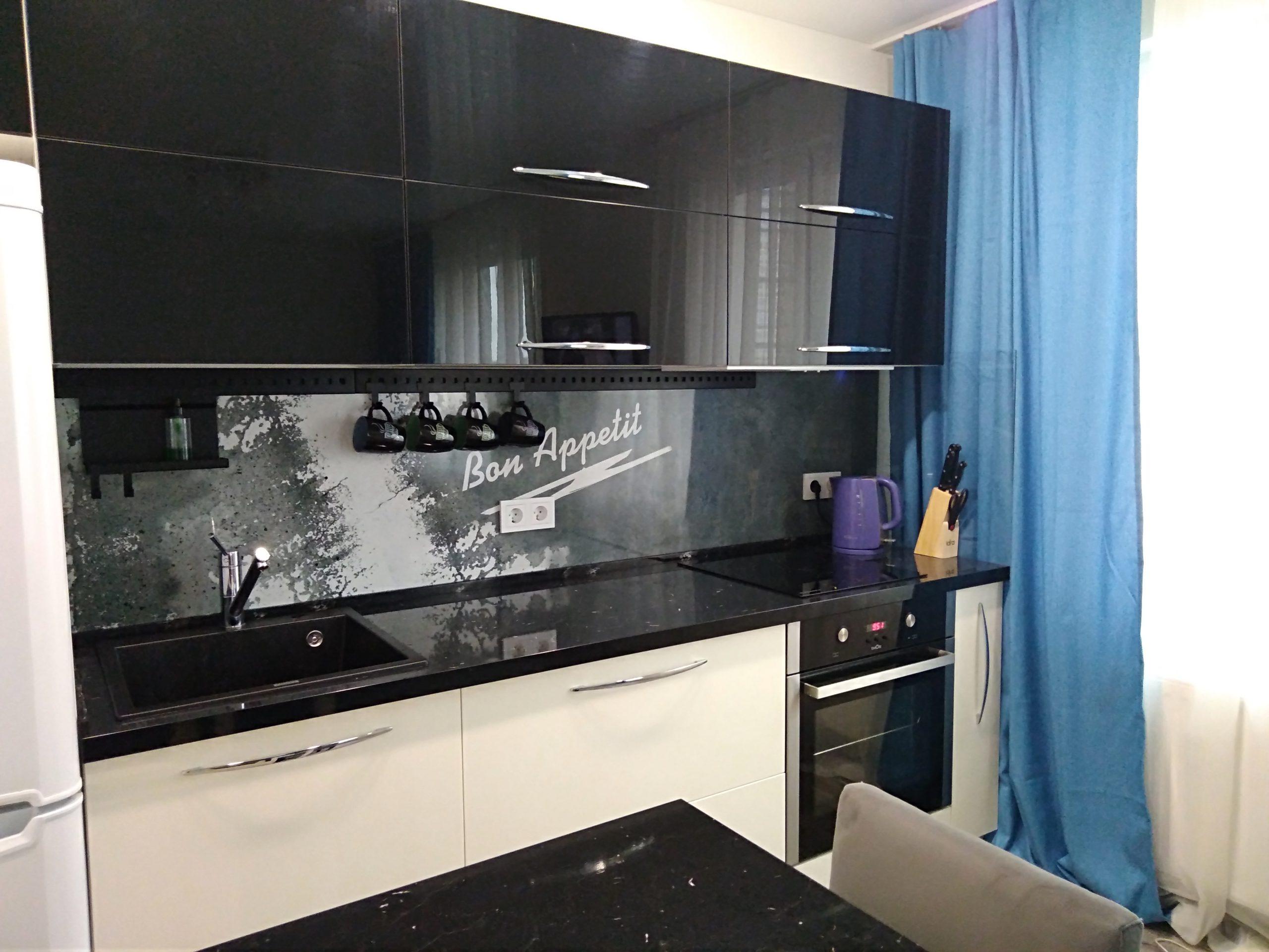 Первое фото Глянцевая кухня с островом и столешницей под черный мрамор