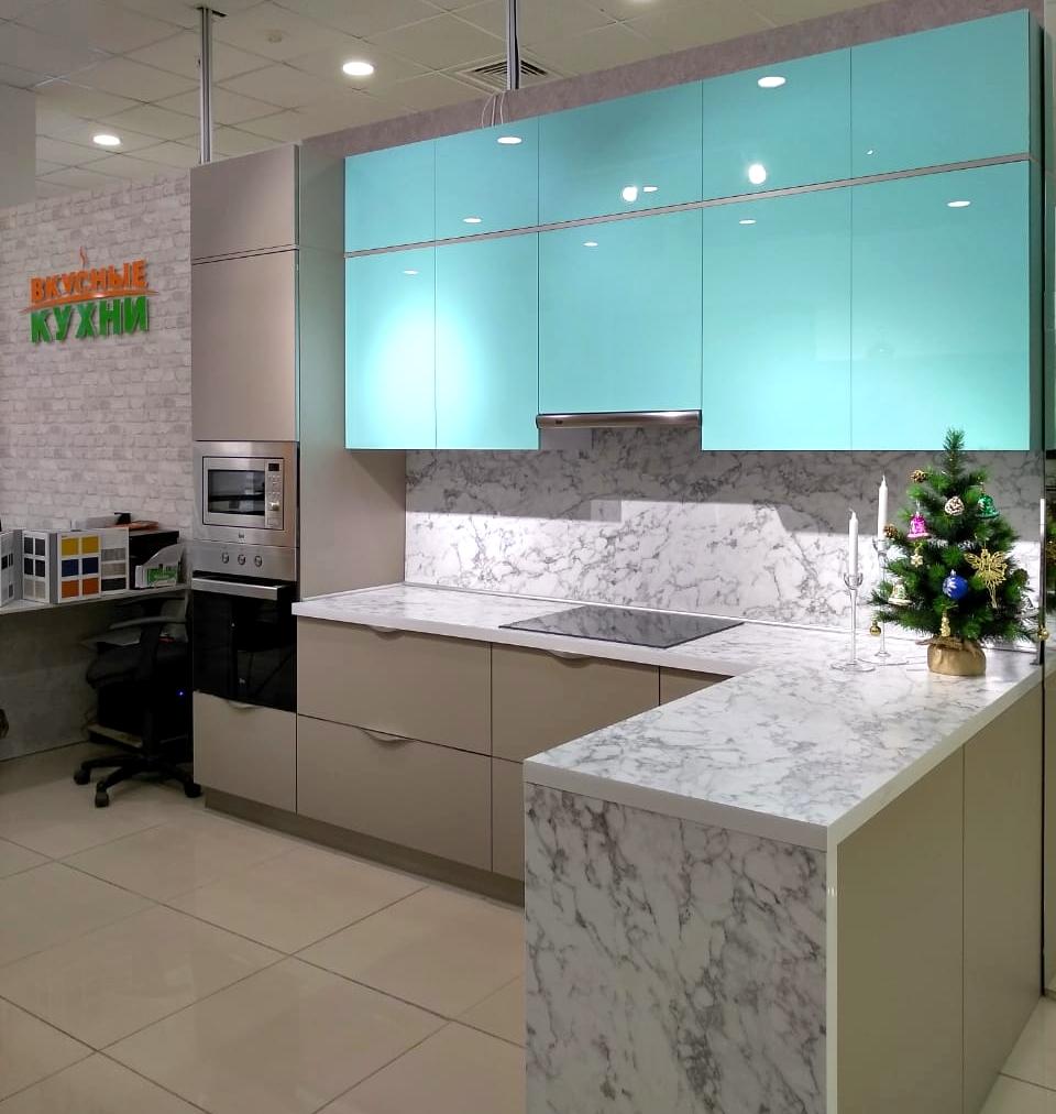 Первое фото Кухня с фасадами Пластик с эффектом «стекло» и «антипальцы»