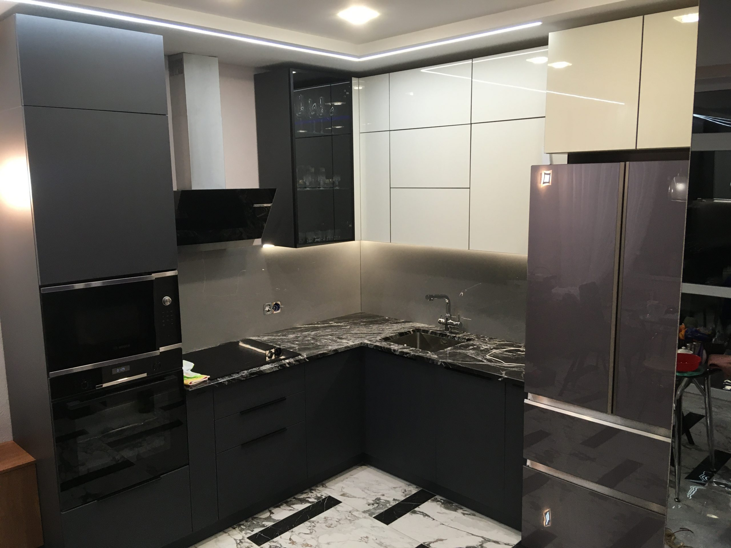 Второе фото Кухня под потолок серая — глянцевый верх, матовый низ