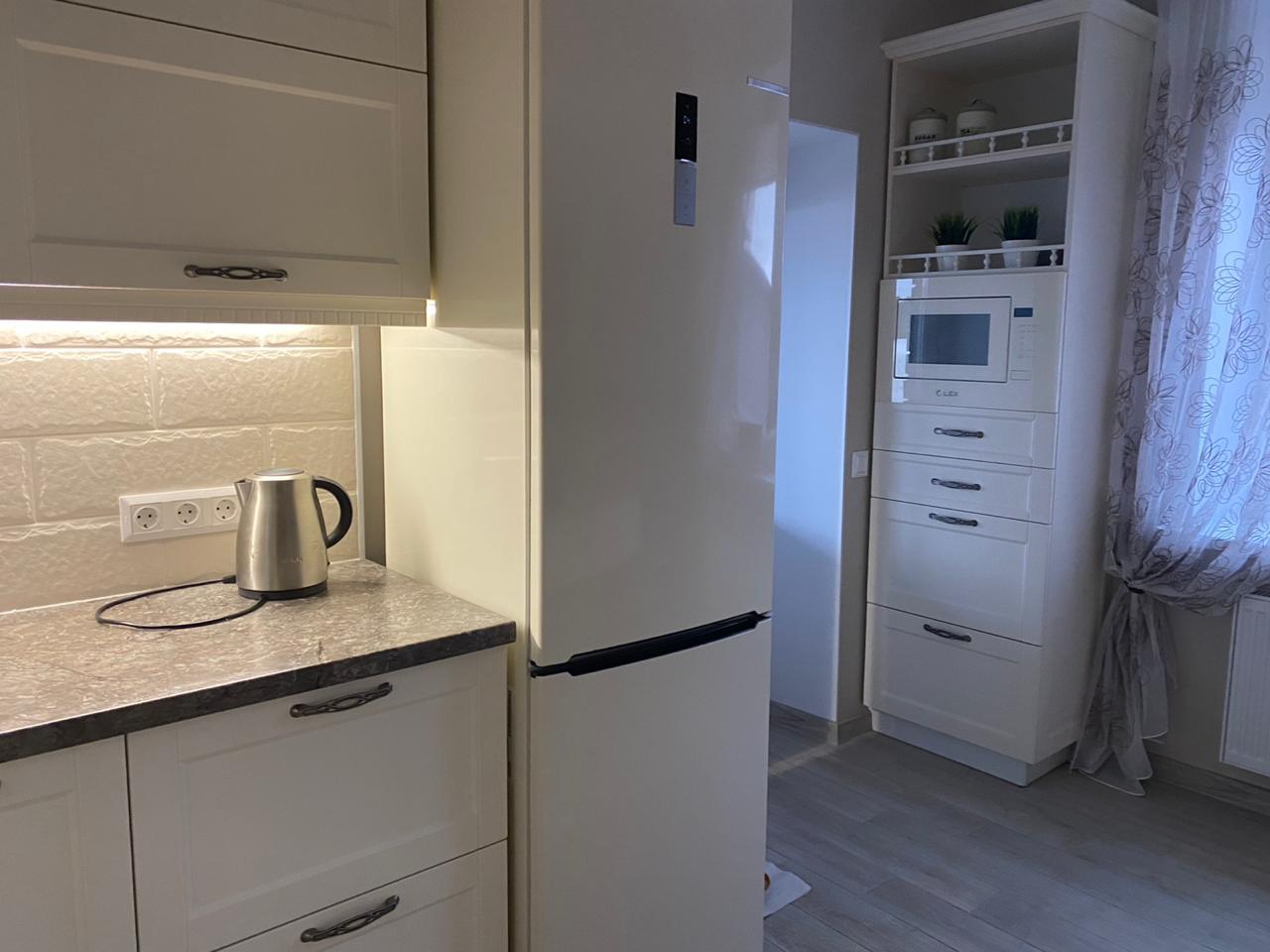 Второе фото Кухня с белыми стильными фасадами под классику с пеналами