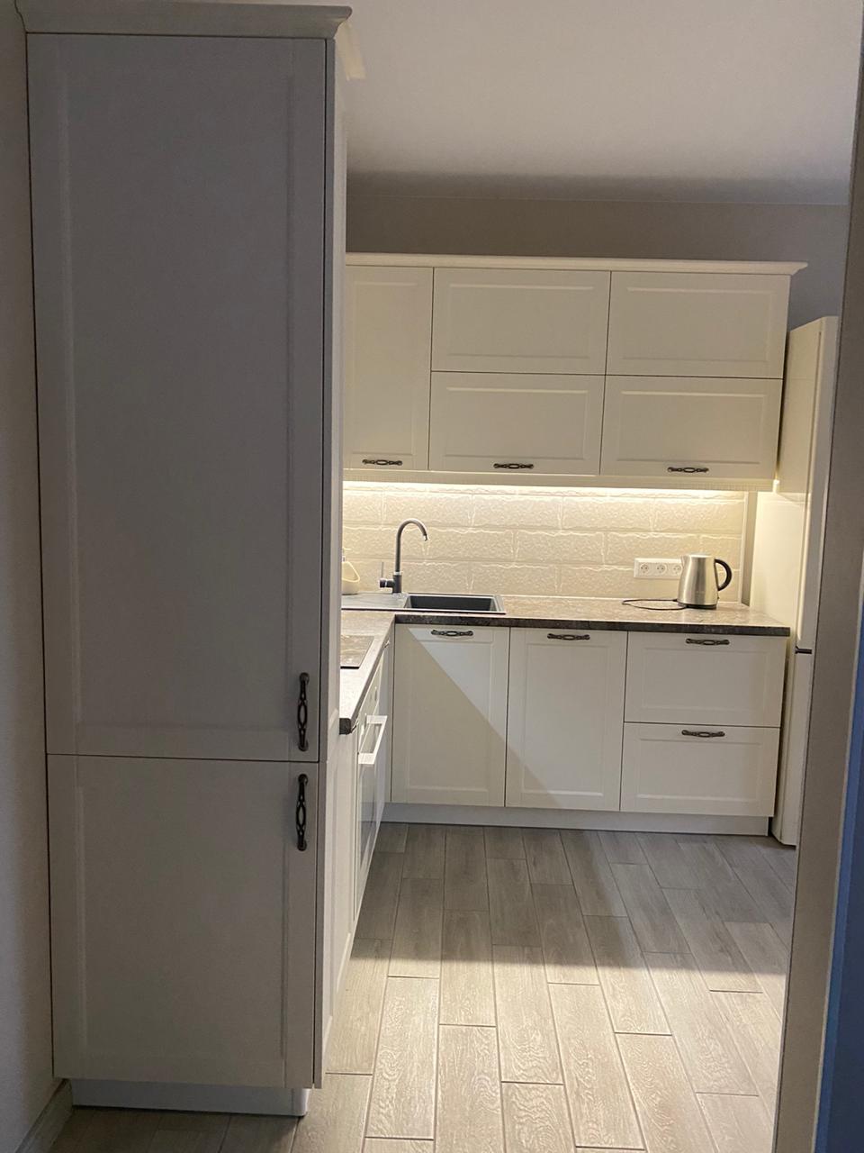 Третье фото Кухня с белыми стильными фасадами под классику с пеналами