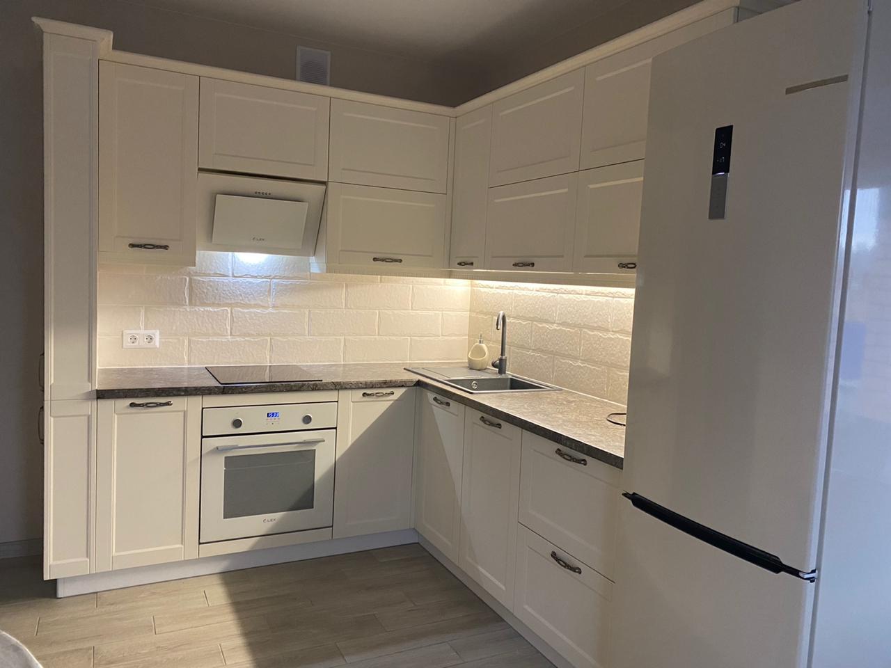 Первое фото Кухня с белыми стильными фасадами под классику с пеналами