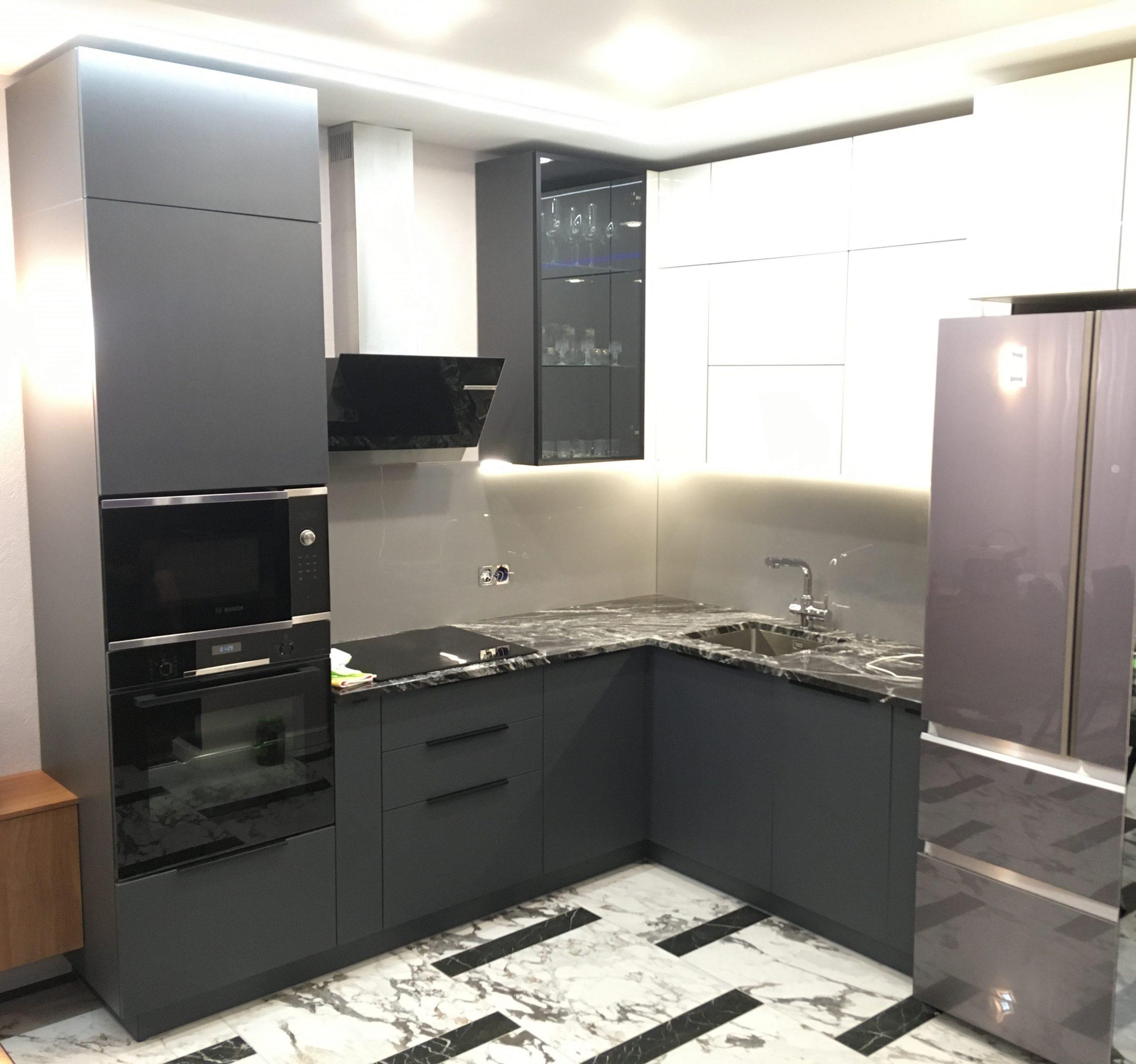 Первое фото Кухня под потолок серая — глянцевый верх, матовый низ