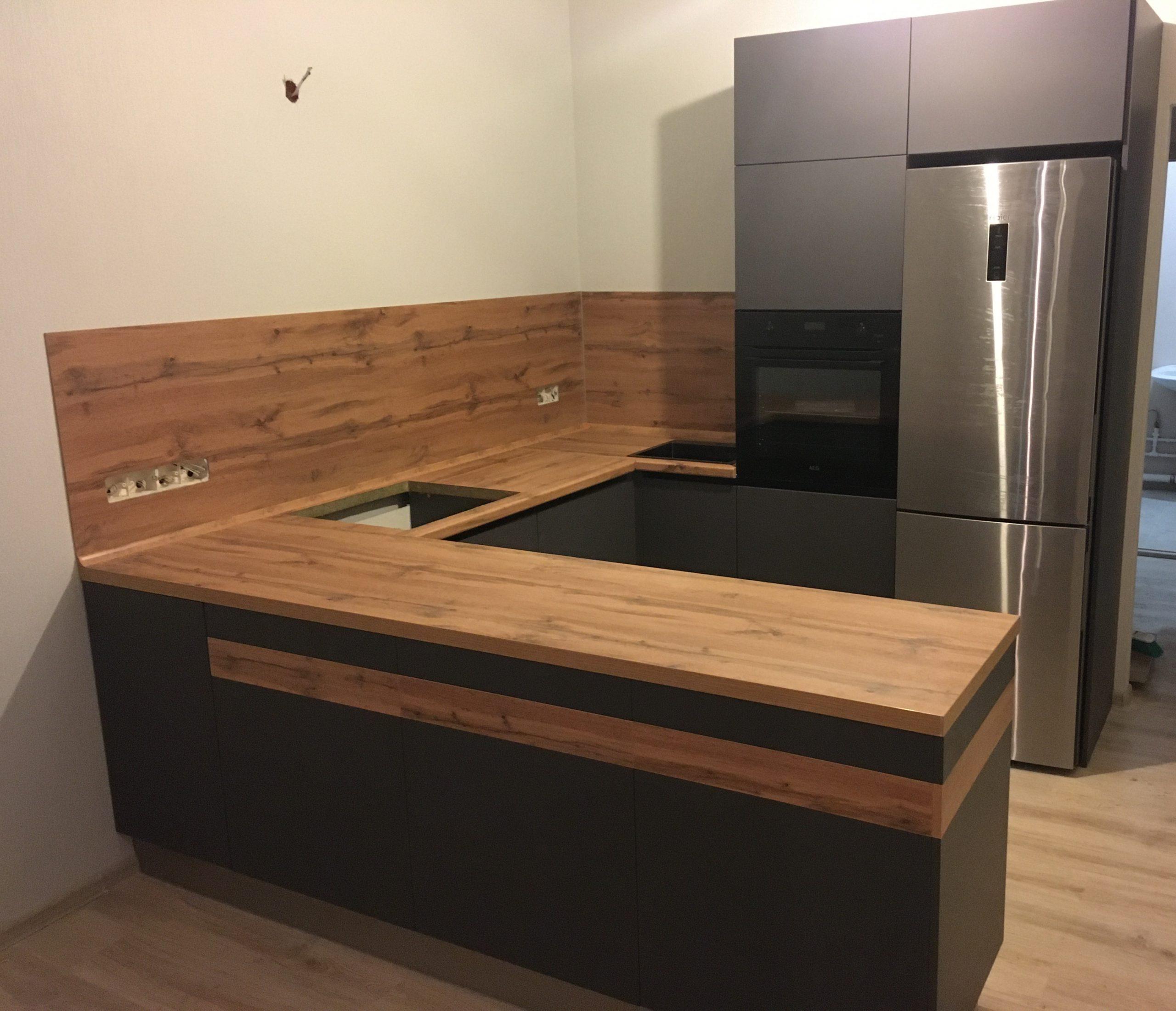 Первое фото Кухня серая без верхних шкафов со столешницей под дерево
