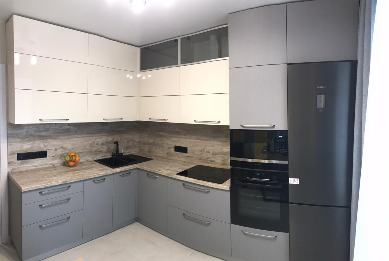 Первое фото Кухня бело серая матовая под потолок c антресолями и пеналом